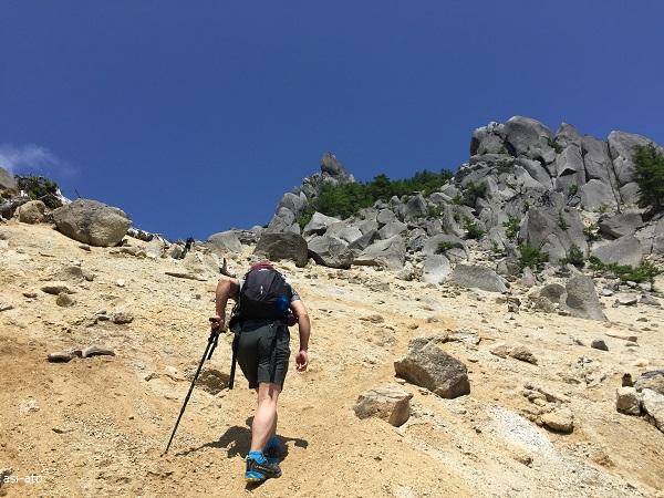 地蔵岳へ至る花崗岩白砂の急登